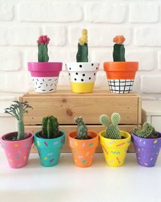 Lovely DIY pattern-painted pots - this would make a cute mother's day or father's day present too! Painted Plant Pots, Painted Flower Pots, Painted Pebbles, Garden Crafts, Home Crafts, Diy Flowers, Flower Vases, Deco Cactus, Decorated Flower Pots