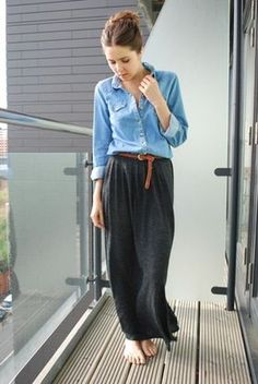 カジュアルだけど女性らしい「デニム×マキシ丈スカート」のシンプルコーデ - NAVER まとめ  デニムシャツをインしてベルトで
