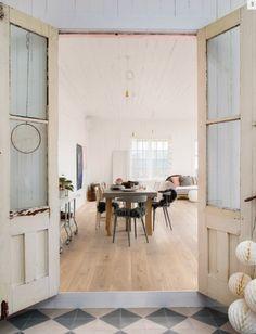 Un #salón decorado con tonalidades suaves , elementos vintage y  el #suelo de #parquet Roble Nácar de la colección Baluarte de ArquiWood crea un entorno vanguardista y urbano.