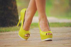 Peep Toe verde neon Carmen Steffens. O neon foi visto como aposta certeira para esta temporada.  Traga o tom vibrante para seu look fashionista!   Design fashion com pegada na bossa colorida da estação. Já o solado do calçado é destaque, com shape estruturado.