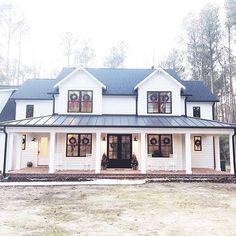 100 Modern Farmhouse Exterior Color Schemes Ideas – Best Home Decorating Ideas Farmhouse Exterior Colors, Modern Farmhouse Design, Farmhouse Style, Farmhouse Front, Farmhouse Windows, Rustic House Design, Modern Farmhouse Porch, Rustic Houses, Farmhouse Landscaping