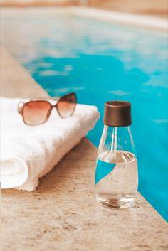 Se on kaunis, se on kevyt ja se on erittäin helposti personoitava lasinen juomapullo, jota tulet rakastamaan. Pullolla on elinikäinen takuu ja 5% koko tuotosta lahjoitetaan eteenpäin hyvää tekeville järjestöille.   Valmistamme ne tässä lähellä EU:n alueella ja toimitamme luoksesi nopeasti ilmastoystävällisellä kuljetuksella. Pullot tehdään kestävästä borosilikaattilasista, jota käytetään kestävyytensä ansiosta myös laboratorioissa eikä siitä irtoa makuja, kemikaalijäämiä tai mikromuoveja. Voss Bottle, Water Bottle, Drinks, Drinking, Beverages, Water Bottles, Drink, Beverage