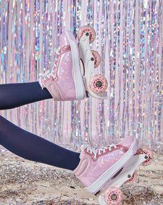 EL REGALO PERFECTO sí existe ➤➤➤ ¡Tenis únicos, divertidos y con ruedas! 😍💜🌈 ¡Con glitter por favor! #FunXMAS #GIRLbyStudioF  Calzado 'On wheels' Ref. K080005  #Fashion #Moda #StudioF #StudioFCol #StudioFColombia #Style Converse Chuck Taylor High, Converse High, High Top Sneakers, Fashion Moda, Chuck Taylors High Top, Swagg, Jeans, High Tops, Fun
