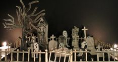 Cette année j'ai décidé de faire un cimetière en papier pour ma décoration d' Halloween , il ira très bien avec ma maison hantée de l'ann... Diy Paper, Paper Crafts, Papier Diy, Idee Diy, Nightmare Before, Fall Halloween, Decoration, Cemetery, Home And Family