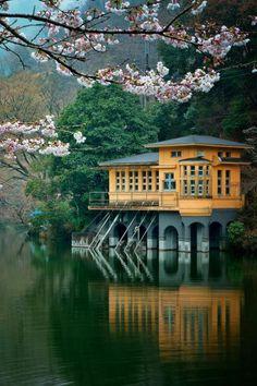 une belle maison japonaise au bord du lac