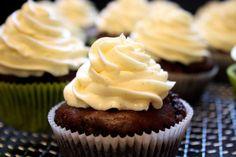 Devil's Food Cupcakes mit leichter Vanille-Buttercreme