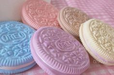 """easter oreos`- how to do an oreo mold: 1) prepare a tray (or plate) of corn starch - 2) push the oreo gently in the starch to leave a good imprint - 3) pour plaster carefully in the imprint - 4) take a clay (polymer clay is ok) cast of the plaster oreo - 5) use it to """"stamp"""" cookies :-D"""