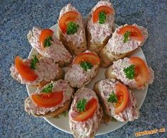 Chuťově připomíná čajovku ( -pomazánka balená jako buřtík) Salám a cibuli najemno nastrouhám neb... Appetizer Sandwiches, Appetizers, Czech Recipes, Ethnic Recipes, Bread Rolls, Food 52, Party Snacks, Charcuterie, Sushi