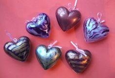 Petits coeurs en plastiques à suspendre ou à utiliser en mini-boîtes, peints sur l'intérieur avec des peintures nacrées.