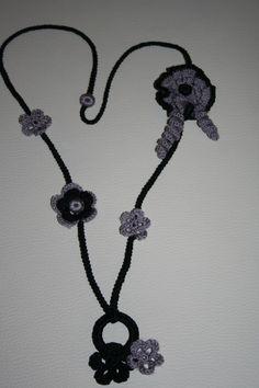 Collar en tonos grises y negros