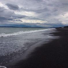 Colores de Nueva Zelanda. Playa de piedras negras en Napier