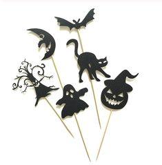 Deze leuke cupcake decoratie bestaat uit een set van 6 cupcake toppers. Perfect als cupcake versiering voor een Halloween of 'griezel' thema, ook zeer geschikt voor op een taart! De cupcake toppers bestaan uit een boom, maan, spook, kat, vleermuis en pompoen.