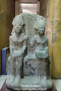 Dyade représentant Ramsès II assis à côté de la déesse Anat. Provenant de Pi-Ramsès cette statue double a été redécouverte à Tanis. Musée égyptien du Caire.