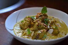 Agneau lentement mijoté à l'indienne dans une sauce crémeuse au yaourt et aux épices. Une recette incroyablement parfumée venue du Cachemire.