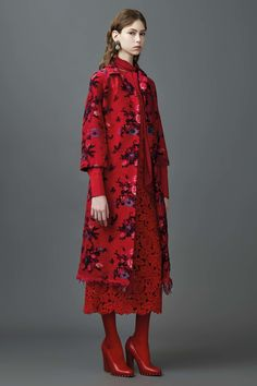 Valentino - Resort 2017 Valentino Resort 2017 Fashion Show Collection See the complete Valentino Resort 2017 collection. Red Fashion, Home Fashion, Fashion 2017, Runway Fashion, Fashion Show, Fashion Design, Fashion Trends, Fashion Weeks, Fashion Spring