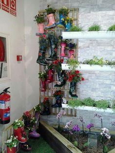 Reciclaje: botas de agua y canalones. Forma fácil de sembrar en casa Merlin, Four Square, Wreaths, Home Decor, Shape, Home, Cordoba, Waterproof Boots, Recycling