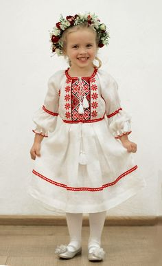 Folk Style for Kids Frock Fashion, Diy Fashion, Fashion Design, Baby Frocks Designs, Sewing Kids Clothes, Frock Design, Dress Tutorials, Embroidery Fashion, Dress Images