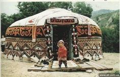 Festive Yurt or just rich in good weather can be covered with carpets. Mongolian Yurt, Yurt Home, Yurt Living, Cool Tents, Primitive Homes, Earth Homes, Meditation Space, Natural Building, Round House