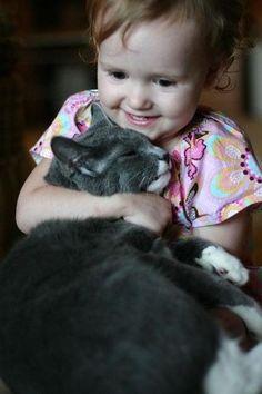 Abrazos. | 38 fotos que prueban que los gatos tienen un corazón de oro