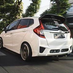 Honda Jazz, Honda Fit, Lux Cars, Wallpapers Android, Vroom Vroom, Fast Cars, Aqua, Wheels, Rain