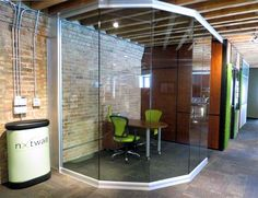 Angled / Curved glass wall office at Chicago movable wall showroom Library Furniture Design, Library Design, Front Office, Small Office, Office Pods, Movable Walls, Glazed Walls, Glass Office, Glass Room