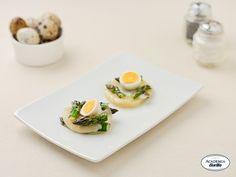 Medaglioni di formaggio con punte di asparagi e uova di quaglia