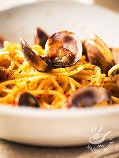 Gli Spaghetti alle vongole e bottarga sono un piatto molto aromatico, adatto a chi ama i sapori intensi e decisi quando sulla tavola è servito il mare.