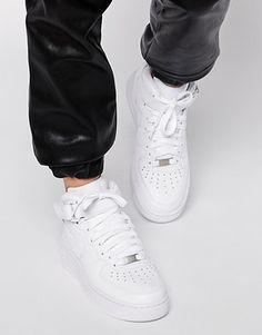 look baskets femme élégante blog mode Paris Soyons élégantes http://www.soyonselegantes.com/comment-rester-feminine-et-elegante-en-baskets/ Comment rester féminine et élégante en baskets ? #look #femme #mode #baskets #chaussures #élégance