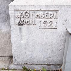 Prachtige letters (wat een J). Jules Ghobert was een Belgische architect die onder meer de Koninklijke Bibliotheek Albert I in Brussel ontwierp. Dit modernistische huis heeft een mooie groene deur (zie @mdv365). Voor een foto achter de schermen, kijk je maar in de TL van @burokaro :-) #leuven  Love these letters (look at the J.) Jules Ghobert was a Belgian architect who designed amongst others the Royal Library Albert I in Brussels. This modernist house built in 1921 has a beautiful green…