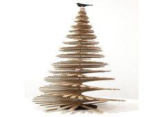 Árbol de Navidad con tiras de cartón en espiral. Hasta sin decorar está precioso, pero si lo prefieres, dale tu toque personal.