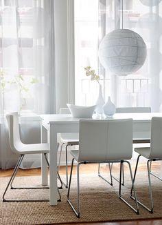 Mesa extensível BJURSTA em branco, para 4-8 pessoas, com cadeiras BERNHARD brancas em pele e pernas cromadas