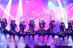 @JKT48 membawakan Hanya Melihat Ke Depan semalam di HUT RTV. Kompak banget ya? #...