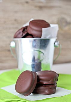 Thin Mint Meets Oreo in these thin mint Oreo cookie treats! Get the taste of Girl Scout cookies without the extra pricetag. Easy Cookie Recipes, Easy Desserts, Delicious Desserts, Yummy Food, Fun Food, Yummy Recipes, Recipies, Oreo Cookie Bar, Oreo Cookies