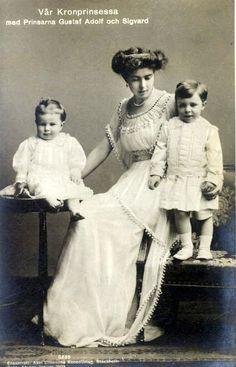 Princesse Margaret de Connaught (1882-1920) épouse du prince héritier Gustave Adolphe de Suède avec ses deux fils aînés : Prince Gustave-Adolph (1906-1947) et prince Sigvard (1907-2002)