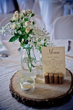 décoration de table de mariage - rondin de bois - bouquet de fleurs - menu - mariage champêtre - bouchon...