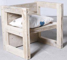 Een multifunctionele steigerhouten stoel en tafel in een. Het is een ideale stoel voor kinderen en als je hem omdraait heb je een mooie bijzettafel. Onmisbaar in ieder interieur.