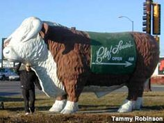 This giant steer in Mitchell South Dakota shows the way to Chef Louie's restaurant. South Dakota Vacation, South Dakota Travel, North Dakota, Go Usa, Roadside Attractions, Swimming Holes, Summer Travel, Cross Country, Sd