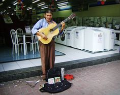 Cantor Amaurício Batista em um ponto de ônibus da Praça Dr. Sampaio Vidal, Vila Formosa Foto: Rogério de Moura