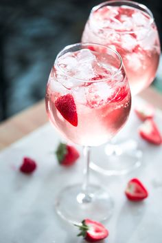 Gordon's Premium Pink Gin is perfectly crafted to balance the refreshing taste of Gordon's with the natural sweetness of raspberries and strawberries, with the tang of redcurrant served up in a unique blushing tone. Gin Recipes, Alcohol Recipes, Cocktail Recipes, Italian Recipes, Pink Gin Cocktails, Pink Drinks, Gordon's Gin, Gin Bar, Gin Tonic Recetas