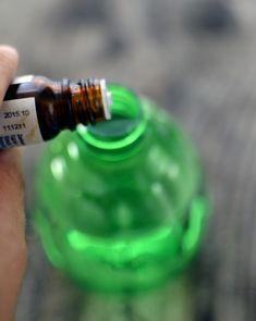 Spray przeciw komarom i kleszczom Healing Herbs, Natural Cosmetics, Doterra, Flask, Life Hacks, Essential Oils, Projects To Try, Perfume, Good Things