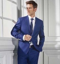 Traje en Azulón - Temporada: Primavera-Verano - Descripción: Traje en lana super 110 de color azulón con botonadura en blanco. camisa blanca y corbata azulona. Lo podrás encontrar en nuestra tienda de Ordizia.