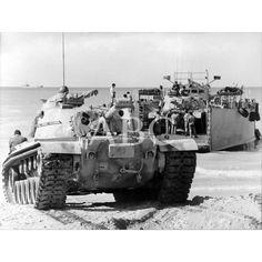 La División Acorazada Brunete Nº 1 embarcaba en diciembre de 1975 sus carros de combate en las playas de El Aaiún: 10/12/1975Descarga y compra fotografías históricas en | abcfoto.abc.es Western Sahara, Cold War, World War Ii, Military Vehicles, Westerns, Spanish, Army, War, Old Photography