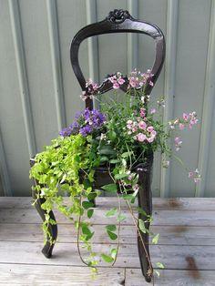 DIY garden decor/planter made out of an old chair Diy Planters, Garden Planters, Garden Art, Planter Ideas, Garden Beds, Balcony Garden, Diy Garden, Terrace, Plantas Indoor
