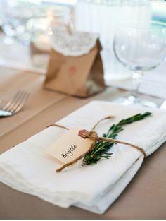 Pliage serviette + brin herbe aromatique + corde