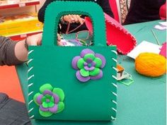 Manualidades y labores | Bolso de Foamy Foam Crafts, Diy And Crafts, Crafts For Kids, Arts And Crafts, Paper Crafts, Kids Purse, Easy Christmas Crafts, Boutique Hair Bows, Do It Yourself Crafts