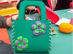 Un bolso utilizando como material base el foamy o goma eva,de diferentes grosores y la ténica del termoformado para adornar.