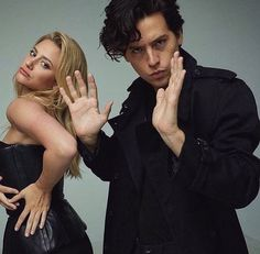 Riverdale, cole sprouse, and lili reinhart image Riverdale Netflix, Bughead Riverdale, Riverdale Funny, Riverdale Memes, Beaux Couples, Cute Couples, Riverdale Betty And Jughead, Cole Spouse, Lili Reinhart And Cole Sprouse
