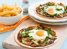 Bacon and Egg Pizzas on Tortilla Brunch Recipes, Easy Dinner Recipes, Breakfast Recipes, Easy Meals, Easy Healthy Recipes, Yummy Recipes, Yummy Food, Egg Pizza, Egg Dish