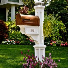 New England-Style Mail Posts Going out to retrieve the mail has never been so pleasurable when you add this decorative mailbox holder to you outdoor décor. It's a great way to boost curb appeal, add convenience for yourself and your mail carrier, and ens Mailbox Garden, Diy Mailbox, Mailbox Landscaping, Mailbox Post, Mailbox Ideas, Mailbox Designs, Landscaping Ideas, Country Mailbox, Wooden Mailbox