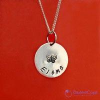 Un pandantiv in forma de banut pe snur sau lantisor de argint, pe care il poti personaliza cu un nume si un simbol (inima, fetita, baiat, coroana).Personalizarea se face manual si special pentru tine. Atentie: datorita faptului ca gravura se face manual este posibil ca alinierea literelor sa nu fie perfecta. Lungimea lantisorului este de 45 cm, si pandantivul ajunge putin sub baza gatului. http://www.bijuteriicopii.ro/bijuterii-personalizate-copii/pandantiv-banut-argint-16-cm